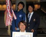 優勝旗と記念写真